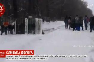 Двоповерховий автобус Київ-Москва перекинувся на Чернігівщині