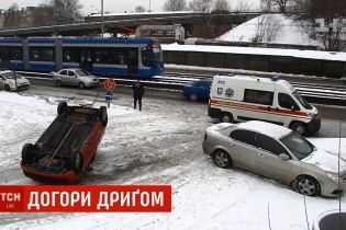 В центре Киева вылетела с дороги и перевернулась машина