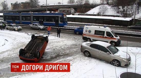 У центрі Києва вилетіла з дороги і перекинулася машина