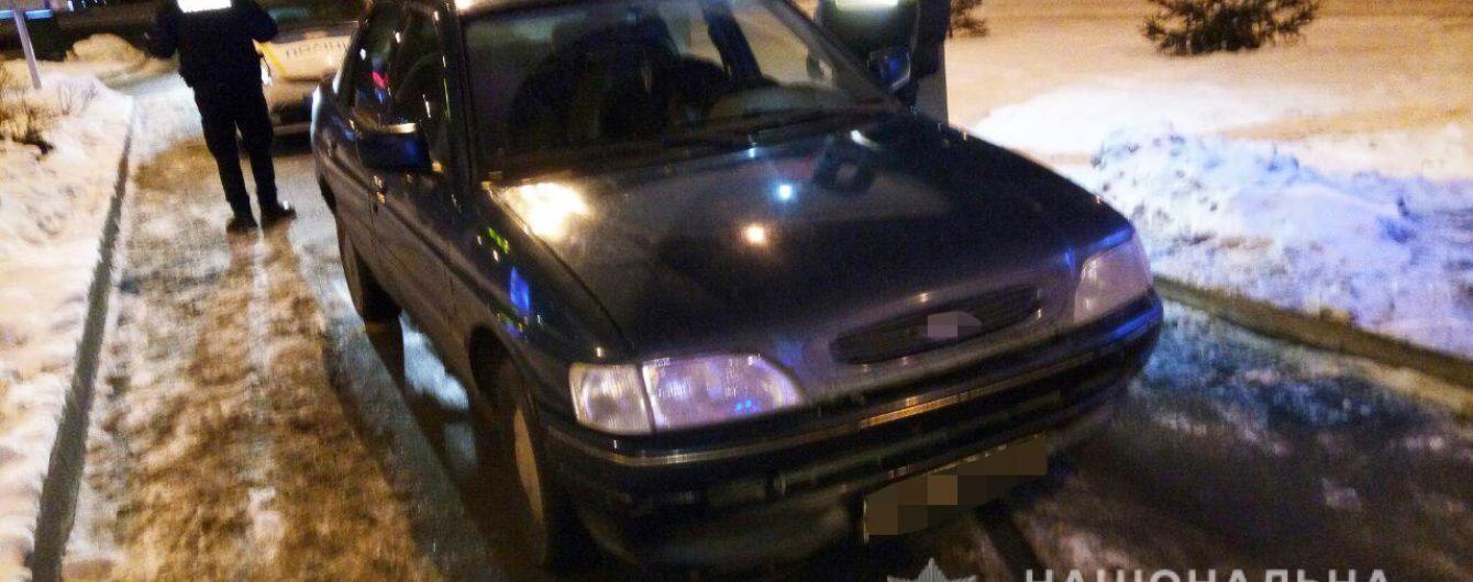 Угрожали ножом и похитили авто: в Киеве трое иностранцев ограбили таксиста