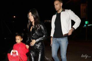 У шкіряному комбінезоні і на шпильках: Кортні Кардашян з племінницею прогулялася Лос-Анджелесом