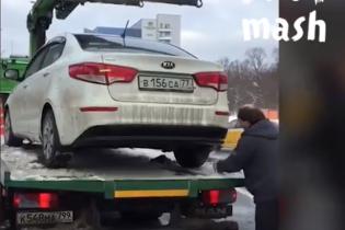 У Москві зняли зухвалу втечу водія на Kia з евакуатора