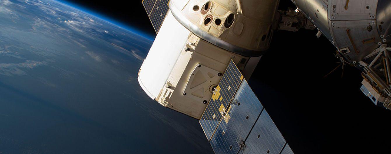 Dragon успішно відстикувався від МКС і вперше очікує приводнення в темний час доби