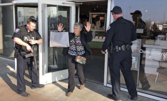 В американському торговельному центрі сталася стрілянина: покупців евакуювали, є поранені