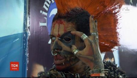 На фестивале в Бразилии делали татуировки людям, которые перенесли рак