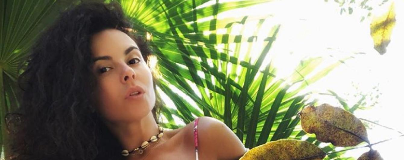 Соблазнительная Настя Каменских показала мексиканские бананы в стильной фотосессии