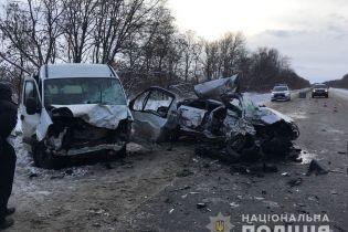 На Харьковщине столкнулись микроавтобус и легковушка, которую смяло, как жестянку: погибли четверо людей