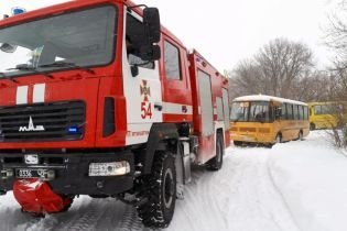 В Днепропетровской области школьный автобус с 20 учениками застрял в снежном сугробе
