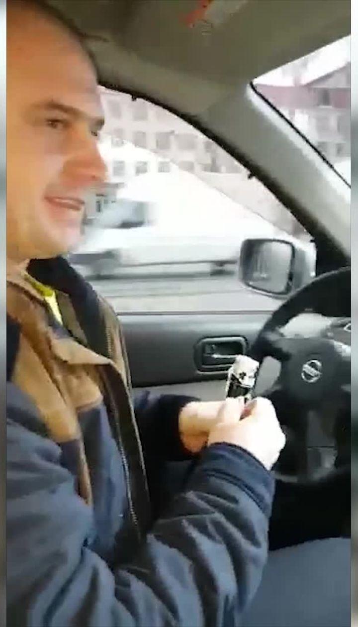 Російський офіцер на окупованому Донбасі вживає алкоголь за кермом автівки