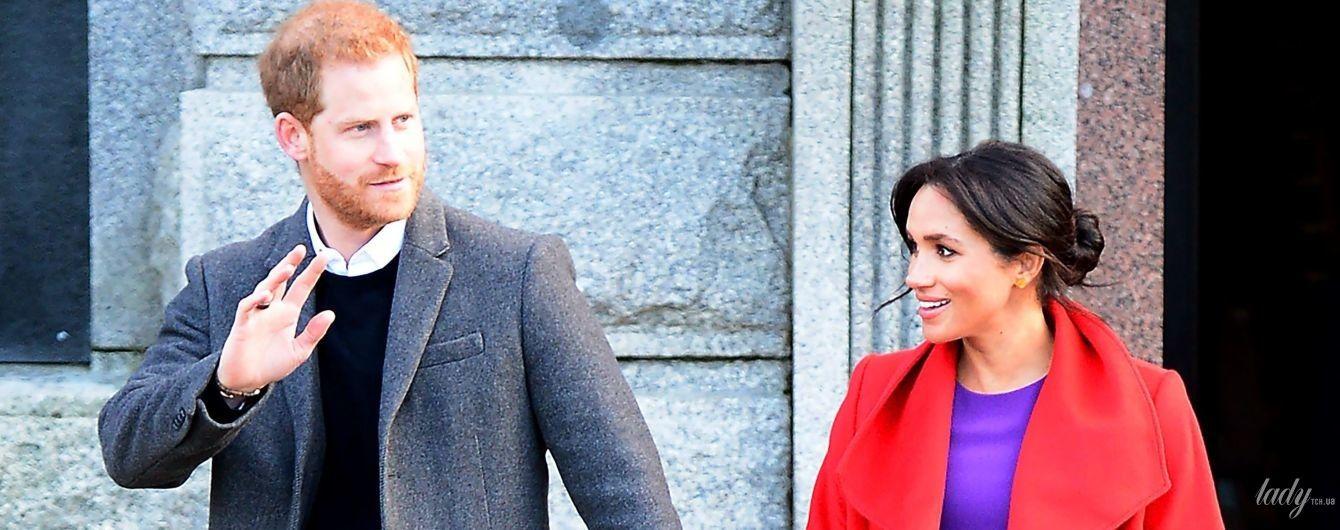 Яскравий їй пасує: вагітна герцогиня Сассекська разом з принцом Гаррі приїхали до Біркенгеда