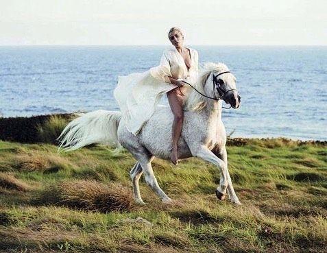 Леді Гага на коні