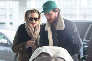Путешествуют вместе: Кейт Хадсон с бойфрендом и трехмесячной дочерью сфотографировали в аэропорту