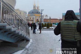 У центрі Києва чоловіка прикували наручниками до поручнів та пограбували