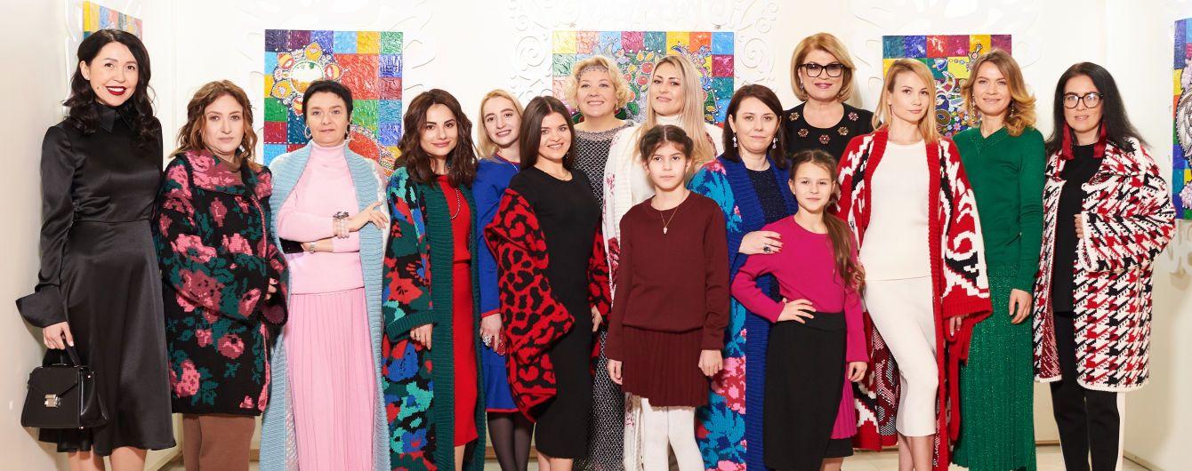 Впервые на подиуме: журналисты продефилировали в стильных нарядах от украинского бренда