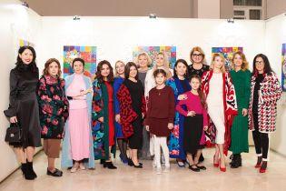 Вперше на подіумі: журналісти продефілювали у стильних вбраннях від українського бренду