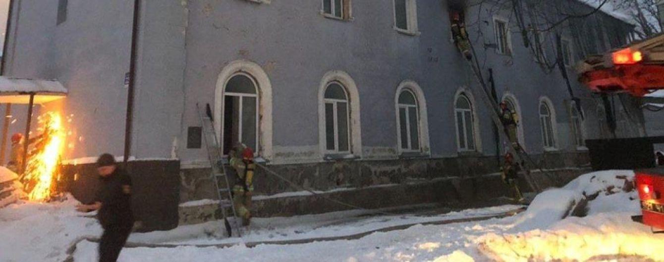 Пожарные потушили пламя в здании на территории Киево-Печерской лавры
