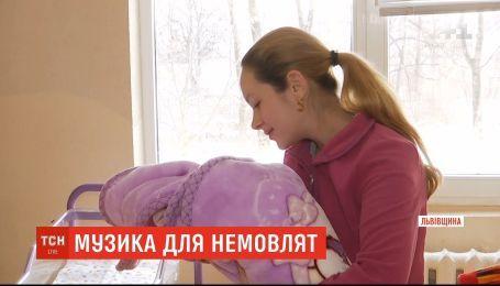 Во львовском Дрогобыче на весь город сообщают о рождении нового жителя