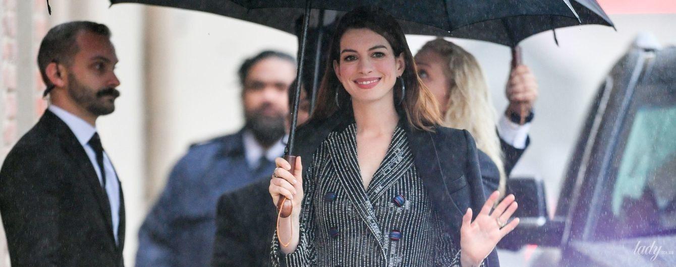 Стильная под дождем: Энн Хэтэуэй в объективах папарацци в Лос-Анджелесе