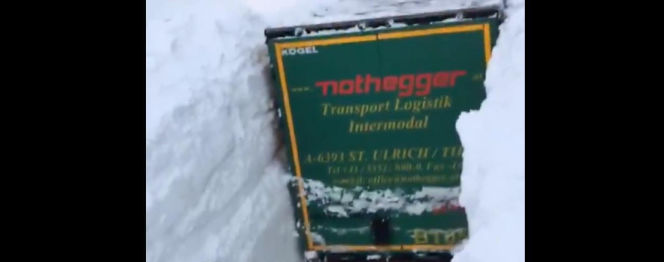 Снігова катастрофа в Австрії. Ролик із завалами вищими фур шокував Мережу