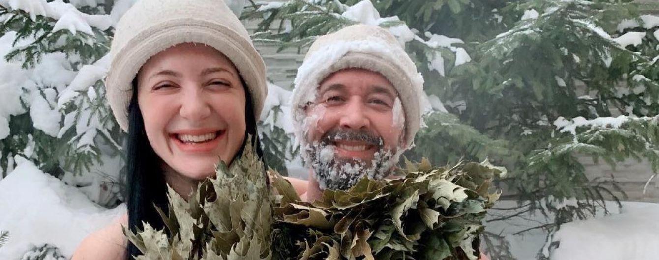 Голі Сергій і Сніжана Бабкіни радісно повалялися у снігу, прикрившись віником (фото)