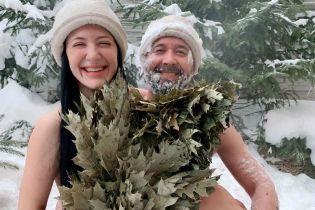Голые Сергей и Снежана Бабкины радостно повалялись в снегу, прикрывшись веником