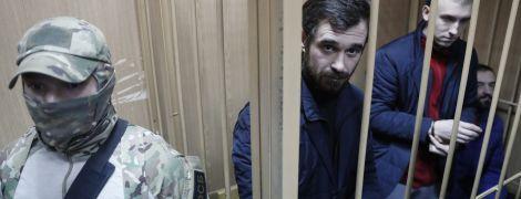 """""""Требуем немедленного освобождения"""". На суд к украинским морякам приехали дипломаты из ЕС и США"""