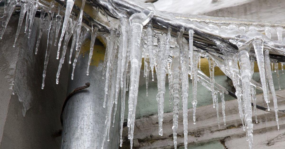 Відлига в Україні: в Києві бурулька травмувала жінку, а у Львові зі снігом поповз дах школи