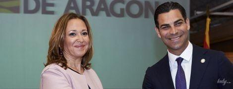В черном платье и пудровом кардигане: деловой образ советника по культуре правительства Арагона