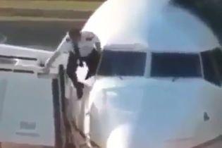У британському аеропорті зафільмували пілота, який через вікно залізав у літак