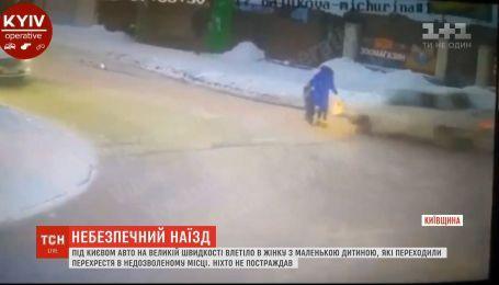 У Вишневому ВАЗ збив жінку з маленькою дитиною, та вони залишились неушкодженими