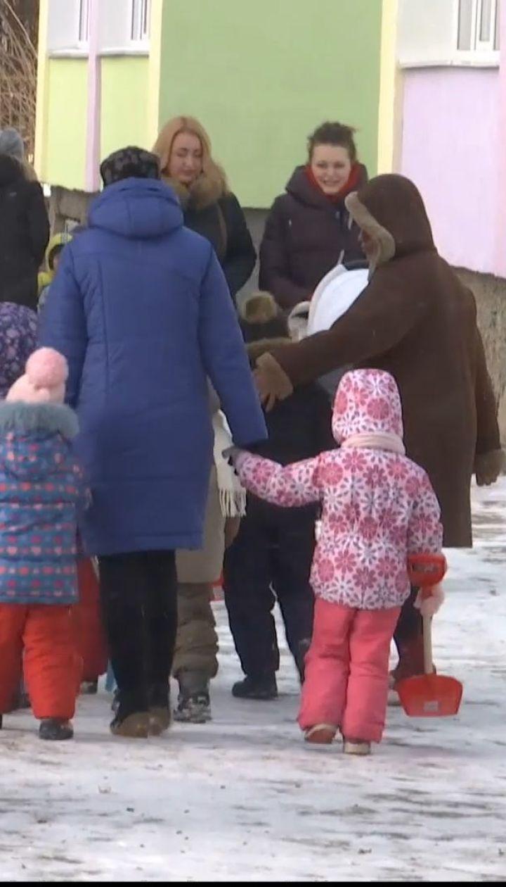 Воровка в яслях: в Житомире воспитательница снимала с детей золотые украшения