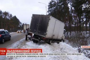 Фура надо рвом и соль за счет патрульных: снегопад вызвал транспортный коллапс на Львовщине