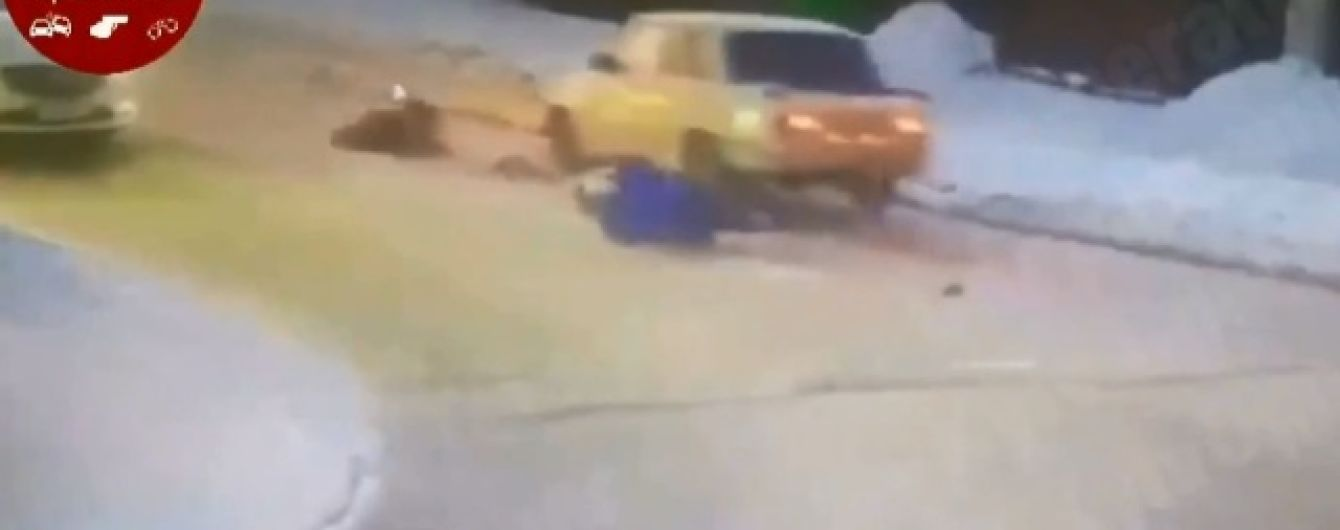 Чудо на дороге: под Киевом женщину с ребенком сбила машина, пешеходы невредимы