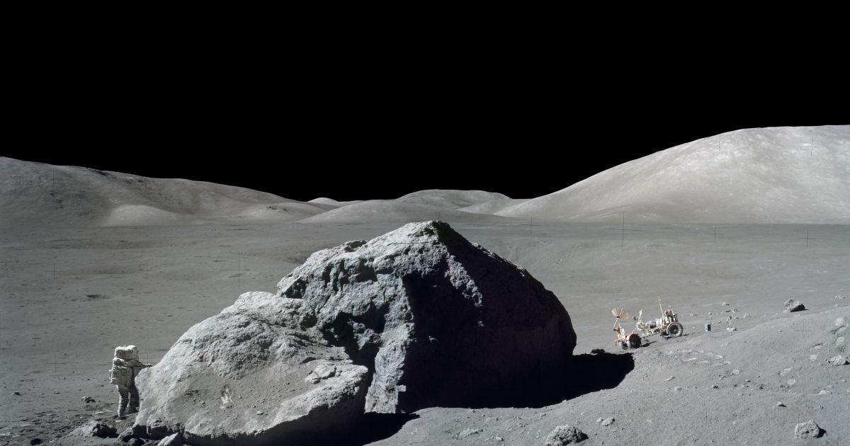 Китайский космический аппарат нашел на поверхности Луны необычный камень и мячи для гольфа