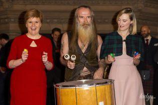 В красном платье и туфлях: первый министр Шотландии в эффектном образе повеселилась на премьере фильма