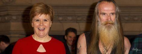 У червоній сукні і туфлях: перший міністр Шотландії в ефектному образі повеселилася на прем'єрі фільму