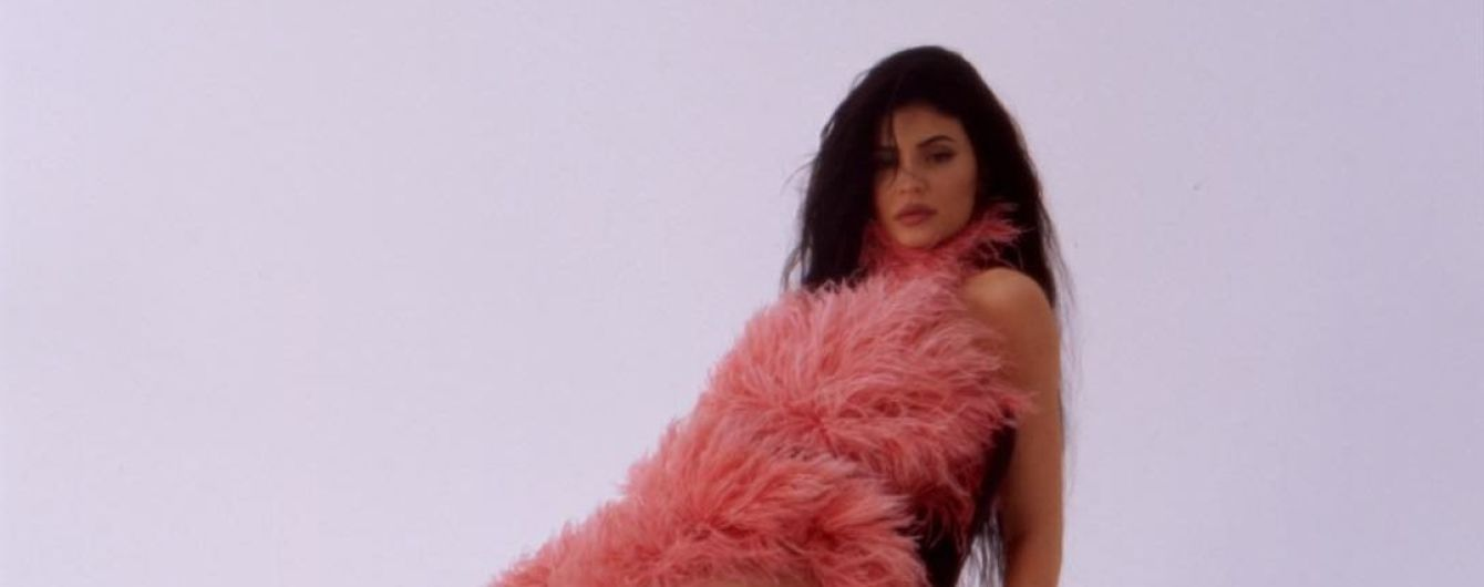 """""""Чувствую себя, словно фламинго"""": Кайли Дженнер в розовых перьях посветила длинными ногами"""