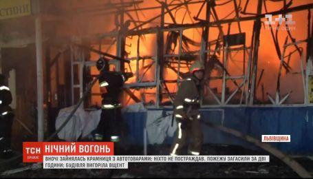 На Львівщині сталася масштабна пожежа у магазині автотоварів