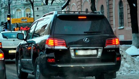 Во Львове бизнесмен на Lexus угрожал расправой инспекторам с парковки