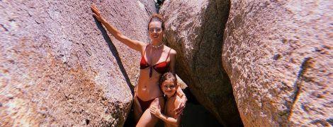 У новому бікіні та з сином: Алессандра Амбросіо поділилася новими фото з відпустки