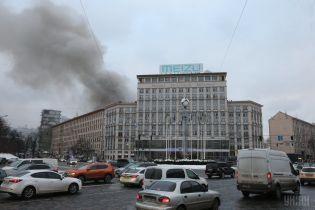 В урядовому кварталі Києва розгорілася потужна пожежа