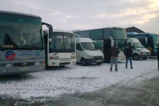 На встречу с президентом жителей Волыни массово свозили автобусами - сеть ОПОРА
