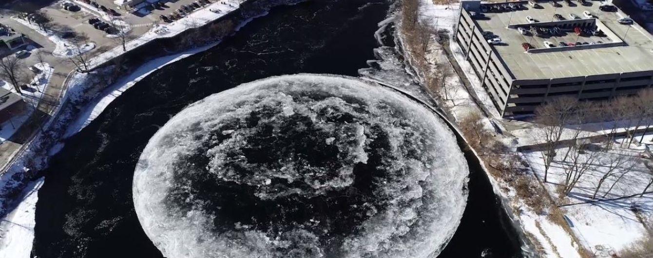 Схожа на Місяць. Мережу дивує велетенська кругла крижина, що обертається посеред річки у США