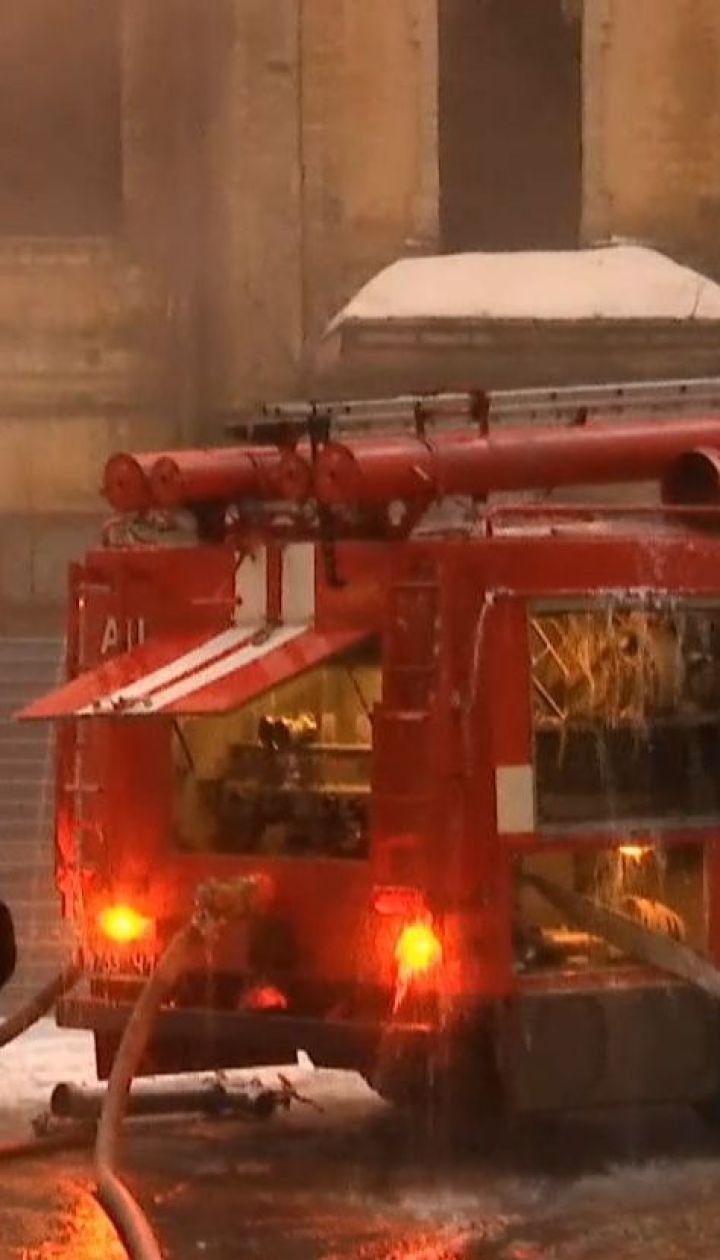 В центре столицы загорелась крыша трехэтажного заброшенного дома