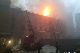Рятувальники загасили велику пожежу у центрі Києва