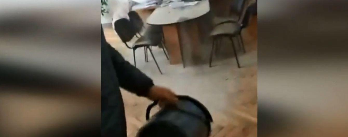 Помста чиновникам: у Житомирі активісти засипали піском мерію через ожеледь на тротуарах