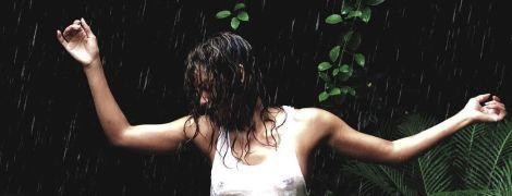 У білій майці під дощем: Голлі Беррі знову світить грудьми