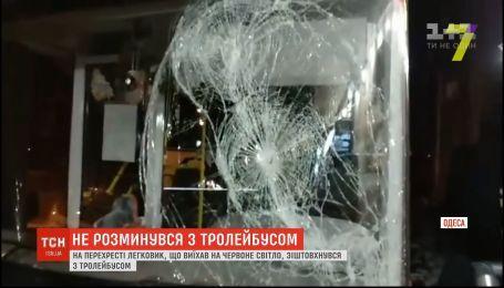 ДТП в Одессе: легковушка, выехавшая на красный свет, врезалась в троллейбус