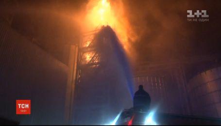 Слідчі з'ясовують причину пожежі на заводі з виробництва олії на Львівщині