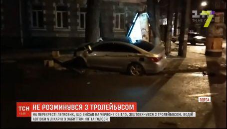 В Одессе легковушка врезалась в троллейбус, есть пострадавший